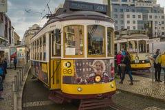 LISSABON/PORTUGAL - FEBRUARI 17 2018: BERÖMD GAMMAL GUL SPÅRVAGN IN Arkivfoton