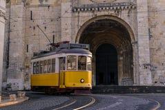 LISSABON PORTUGAL - FEBRUARI 01, 2016: En pas för tappninggulingspårvagn Arkivbilder