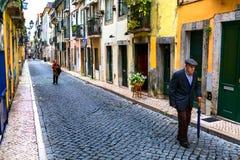 Lissabon Portugal - 05 06 2016: Folk som går på en smal gata royaltyfria foton