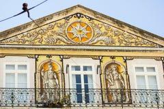 Lissabon Portugal: frimurar- symbol och allegoriska tegelplattor som föreställer vetenskap och jordbruk Royaltyfri Foto