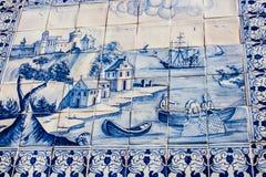 Lissabon Portugal: gatategelplattor med portugisiska maritima motiv i den Alfama fjärdedelen Arkivfoton