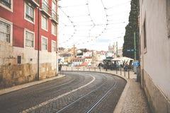 LISSABON, PORTUGAL - 16. JANUAR 2018: Architekturstadt-Gebäudestraßenbild Lissabons buntes Stockbild