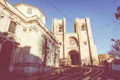 LISSABON, PORTUGAL - 16. JANUAR 2018: Lissabon-Gelbtram auf dem Weg Berühmte Anziehungskraft der touristischen Reise der Weinlese Stockfoto