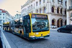Lissabon Portugal - Januari, 2018 Den gulingMercedes bussen går på rutt 136 till förorten av Lissabon Odivelas Royaltyfria Bilder