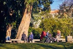 Lissabon Portugal - Januari, 2018 Gulbenkian parkerar och arbeta i trädgården Folket kopplar av i trädgården och tycker om soligt Royaltyfria Foton