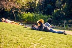 Lissabon, Portugal - Januari, 2018 Gulbenkianpark en tuin De mensen ontspannen in de tuin en genieten van zonnig weer De families royalty-vrije stock afbeelding