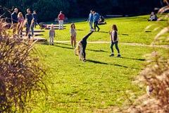 Lissabon, Portugal - Januari, 2018 Gulbenkianpark en tuin De mensen ontspannen in de tuin en genieten van zonnig weer De families stock foto