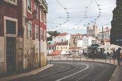 LISSABON, PORTUGAL - JANUARI 16, 2018: Van de de architectuurstad van Lissabon de kleurrijke scène van de de gebouwenstraat Stock Afbeeldingen