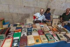 LISSABON PORTUGAL - JULI 27, 2015: Berömda antikvariska loppmarknader Arkivbild