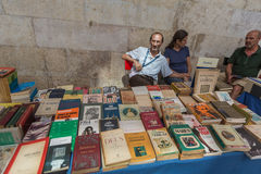 LISSABON, PORTUGAL - JULI 27, 2015: Beroemde antiquairvlooienmarkten stock fotografie