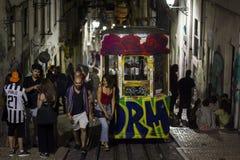 LISSABON PORTUGAL - JUNI 21, 2018: Ungdomarsom tycker om på staden vid natt arkivfoto