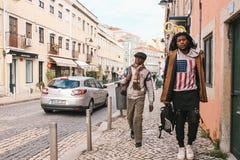 Lissabon Portugal kan 01, 2018: Gatalivsstil Migranter eller flyktingar i Europa Turister eller hipsters eller afrikanen Fotografering för Bildbyråer