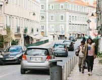 Lissabon Portugal kan 01, 2018: Gatalivsstil Migranter eller flyktingar i Europa Turister eller hipsters eller afrikanen Royaltyfri Bild