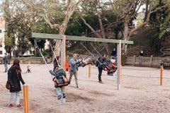 Lissabon Portugal 01 kan 2018: Lekplats med barn och föräldrar Familj med barn eller fader och moder med ungar Royaltyfri Foto