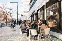 Lissabon Portugal 01 kan 2018: Vänner eller flickvänner eller grupp av turister i kafé Arkivfoto
