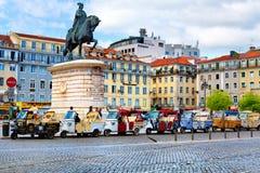 Lissabon Portugal - 04 17 2015: många tuk-tuks som wating för turister royaltyfria bilder
