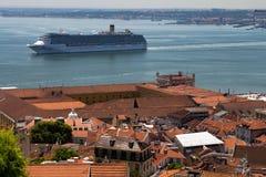 Lissabon Portugal 7. Mai 2018 Ein enormes Kreuzschiff nähert sich dem Hafen der Stadt von Lissabon Typische Dächer von roten Flie stockfotos
