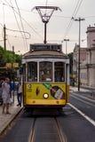 Lissabon Portugal 7. Mai 2018 Eine gestoppte Tram erlaubt Passagieren, in die Stadt abzusteigen Öffentliche Transportmittel von P lizenzfreie stockfotos
