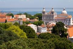 Lissabon Portugal 7. Mai 2018 Typische Dächer von roten Fliesen in den Häusern der Stadt Katholische Kathedrale im Abstand, den S lizenzfreie stockbilder