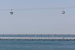 Lissabon Portugal - Maj 15: Den kabelbilen och Vasco da Gama Bridge i Lissabon på Maj 15, 2014 Kabelbilen Arkivfoton