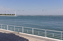 Lissabon Portugal - Maj 15: Den kabelbilen och Vasco da Gama Bridge i Lissabon på Maj 15, 2014 Kabelbilen Royaltyfria Bilder