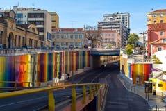 Lissabon Portugal - Maj 4, 2013 Gata med färgrika band på väggar Royaltyfri Foto