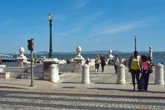 Lissabon Portugal - Maj 4, 2013 Taxo flodinvallning på Caisen das Colunas med att gå för män och för kvinnor Arkivbilder