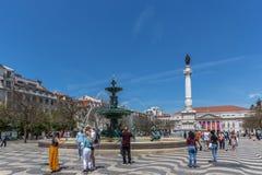 Lissabon, Portugal - Maj 9th 2018 - turister och lokaler som går på den Rossio boulevarden i huvudstad för i stadens centrum Liss arkivfoton