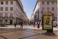 Lissabon Portugal - Maj 14: Traditionella gamla byggnader på Maj 14, 2014 Härlig sikt av gatan i den gamla staden av Lissabon Royaltyfri Bild