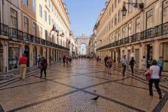 Lissabon Portugal - Maj 14: Traditionella gamla byggnader på Maj 14, 2014 Härlig sikt av gatan i den gamla staden av Lissabon Arkivbilder