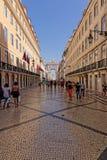Lissabon Portugal - Maj 14: Traditionella gamla byggnader på Maj 14, 2014 Härlig sikt av gatan i den gamla staden av Lissabon Arkivfoton