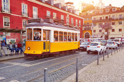 LISSABON PORTUGAL - MARS 15, 2017: Spårvagn Eletrico i Alfama, Li Royaltyfria Foton