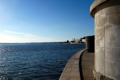 Lissabon, Portugal Meerblick mit Stein und Betonkonstruktionen auf dem Seeufer stockbilder
