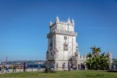 Lissabon, Portugal - Mei achtste 2018 - Toeristen en plaatselijke bewoners die van een blauwe hemelmiddag in de Toren van Belem b stock foto