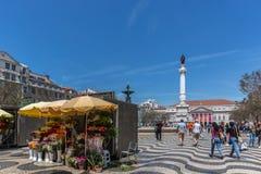 Lissabon, Portugal - Mei negende 2018 - Toeristen en Plaatselijke bewoners die bij de Rossio-boulevard het kapitaal in van Lissab stock foto