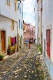 Lissabon, Portugal - 2015 04 15: Mensen die op een smalle straat lopen Stock Fotografie