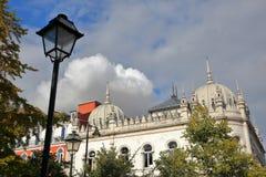LISSABON, PORTUGAL - NOVEMBER 4, 2017: De binnen de maniermarkt van Embaixada LX in Echt Principe bekeken van Principe Echte Tuin Royalty-vrije Stock Afbeelding
