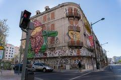 Lissabon, Portugal - November 14,2017: Een muurschildering op een verlaten gebouw in Lissabon, Portugal stock foto