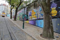 LISSABON, PORTUGAL - NOVEMBER 4, 2017: Elevador DA die Gloria, de kabelbaan het Restauradores-Vierkant verbinden met Bairro-Altne Stock Fotografie
