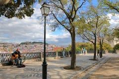 LISSABON, PORTUGAL - NOVEMBER 4, 2017: Het gezichtspunt Miradorou van Saopedro de alcantara in Bairro-Altbuurt met een musicus zi Stock Afbeelding