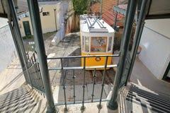 LISSABON, PORTUGAL - NOVEMBER 4, 2017: Kabelelevador DA Lavra in Bairro-Altbuurt Royalty-vrije Stock Afbeeldingen