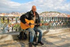 LISSABON, PORTUGAL - NOVEMBER 4, 2017: Portret van een musicuszanger bij het gezichtspunt Miradorou van Saopedro de alcantara in  Stock Afbeelding