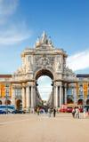 LISSABON PORTUGAL - OKTOBER 12,2012: Den berömda bågen på Pracaen gör Arkivfoto