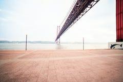LISSABON, PORTUGAL - 21. Oktober 2016: Die Brücke 25 de Abril vorbei Lizenzfreie Stockfotografie