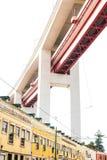 LISSABON, PORTUGAL - 29. Oktober 2016: Die Brücke 25 de Abril vorbei Lizenzfreie Stockfotografie