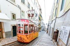 LISSABON, PORTUGAL - OKTOBER 23,2012: Lissabons Gloria funikuläres c Stockfotos