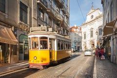 LISSABON, PORTUGAL - OKTOBER 12,2012: Romantische Lissabon-Straße mit Stockbild