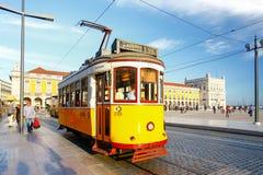 LISSABON, PORTUGAL - OKTOBER 12,2012: Romantische Lissabon-Straße mit Lizenzfreie Stockfotos