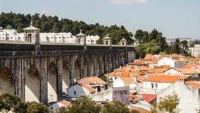 Lissabon Portugal: partisk sikt av akvedukten för Livres för Ã-guas (fritt vatten) Arkivbilder