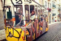 Lissabon Portugal, 2016 05 09 - personer i gul spårvagn - elevador Royaltyfria Foton